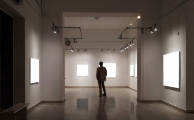 """Картина, постер, плакат, фотообои """"человек в галерее смотрит на пустые рамы """", артикул 13273992"""