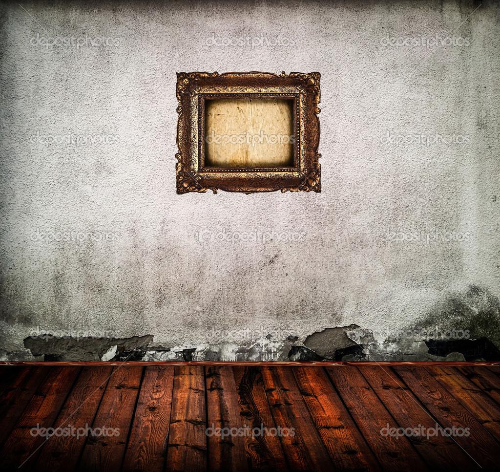 Пустая комната старая гранж со старой стеной и фото рамка — стоковое фото