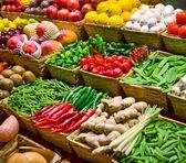 ovoce trh s různými barevnými čerstvého ovoce a zeleniny