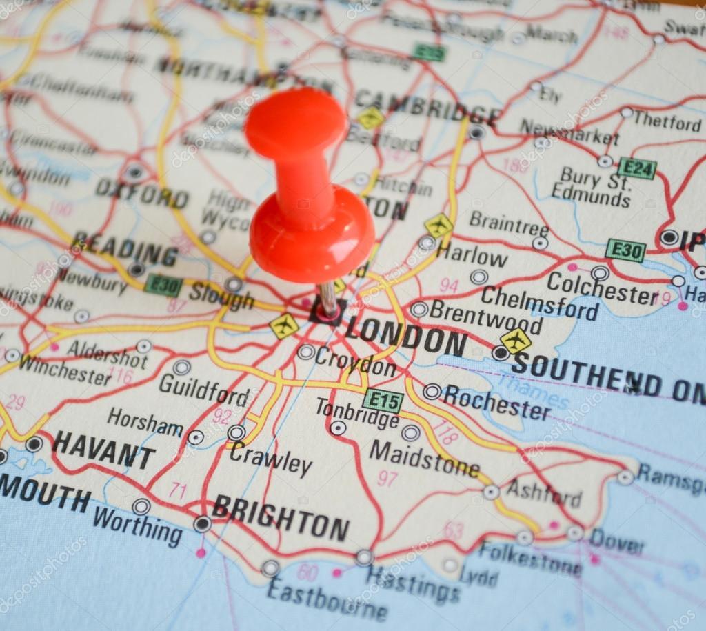 london karta närbild på london karta med röd pin   resor koncept  london karta