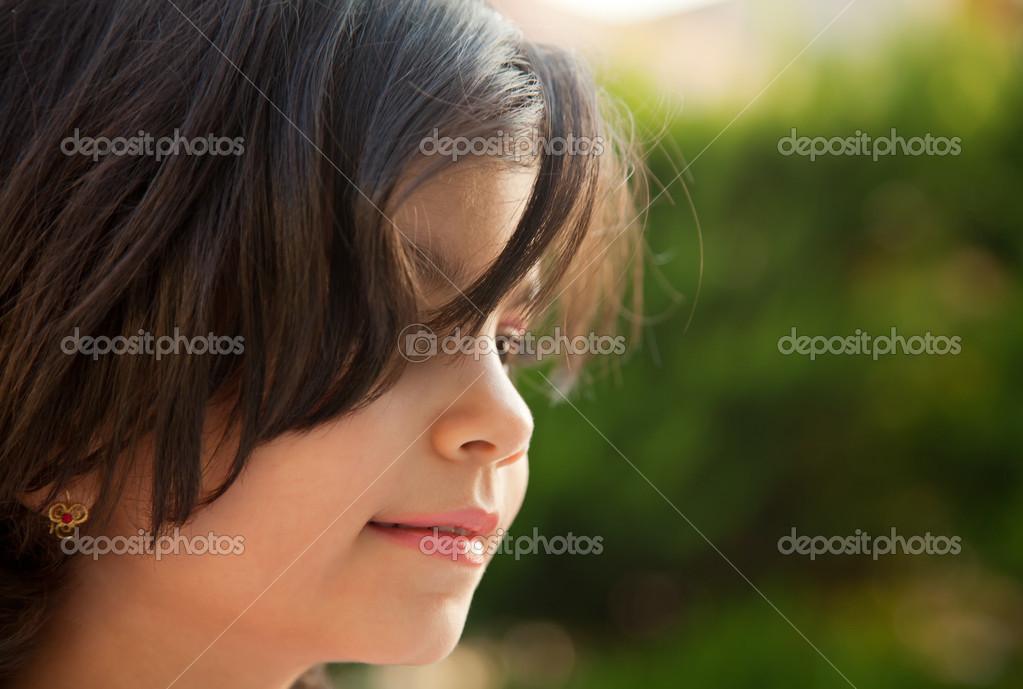Ritratto di una ragazza caucasica 5 anni con capelli castano scuro — Foto  di Borna mir 2cdfb7782beb
