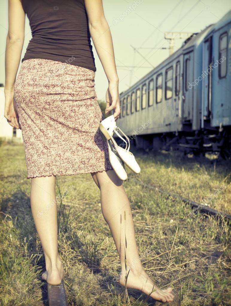 Barefoot meisje op de spoorwegen — Stockfoto © erika8213