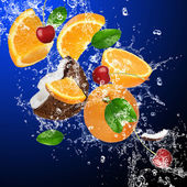 tropické ovoce v stříkající vodě