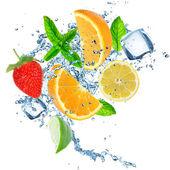 čerstvé ovoce v stříkající vodě