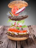 lahodný hamburger na dřevo