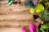 Gartengeräte auf Holztisch