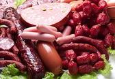 maso a klobásky na salátových listech