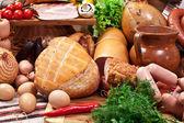 Fotografie odrůda uzenářských výrobků s zeleninou a bylinkami