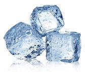 Drei Eiswürfel auf weißem Hintergrund.