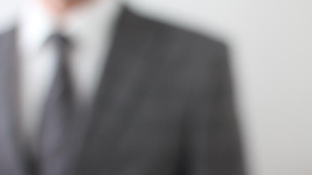 Üres névjegykártyát viselő üzletember