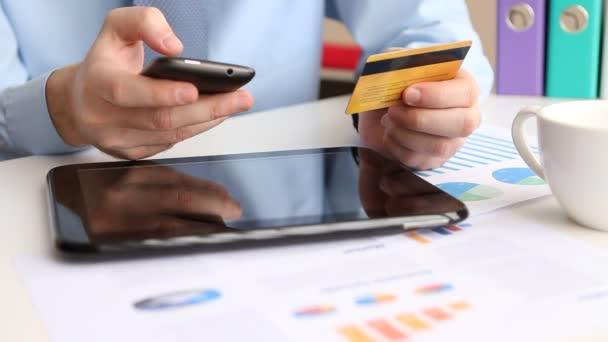 online bankovnictví s smartphone