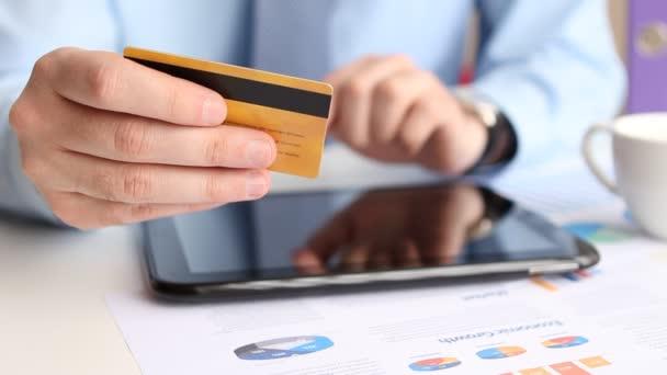 Online-Einkauf mit Kreditkarte auf digitalem Tablet