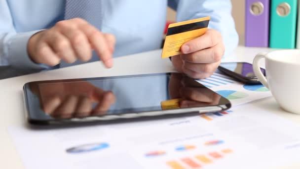 zadávání bankovních kreditních karet na tabletu