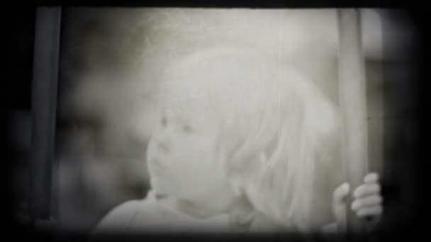 kis lány, lengő, és mosolyogva, vintage stílusú lövés