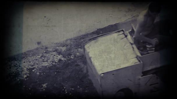 Muž pracující na asfaltu lisovače