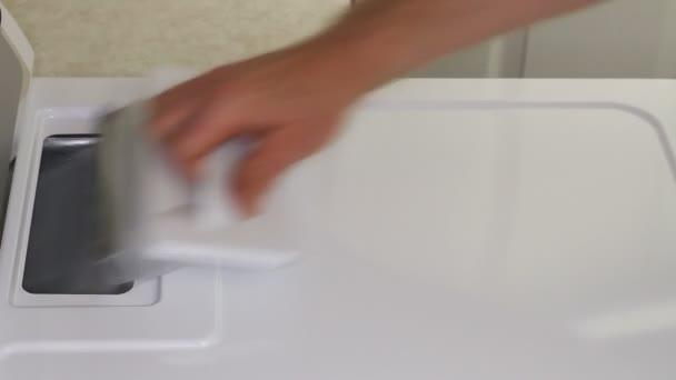 Reinigung aus die Fusseln Falle einen Hause Trockner