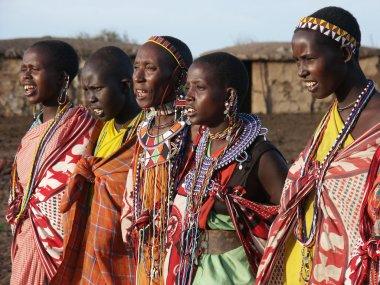Masai mara, kenya - 6 Ocak: geleneksel bez Masai kadın