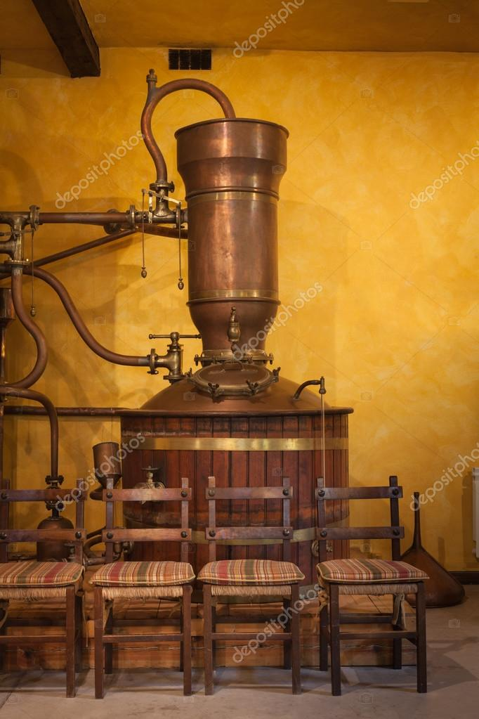 Alembic to distill wine