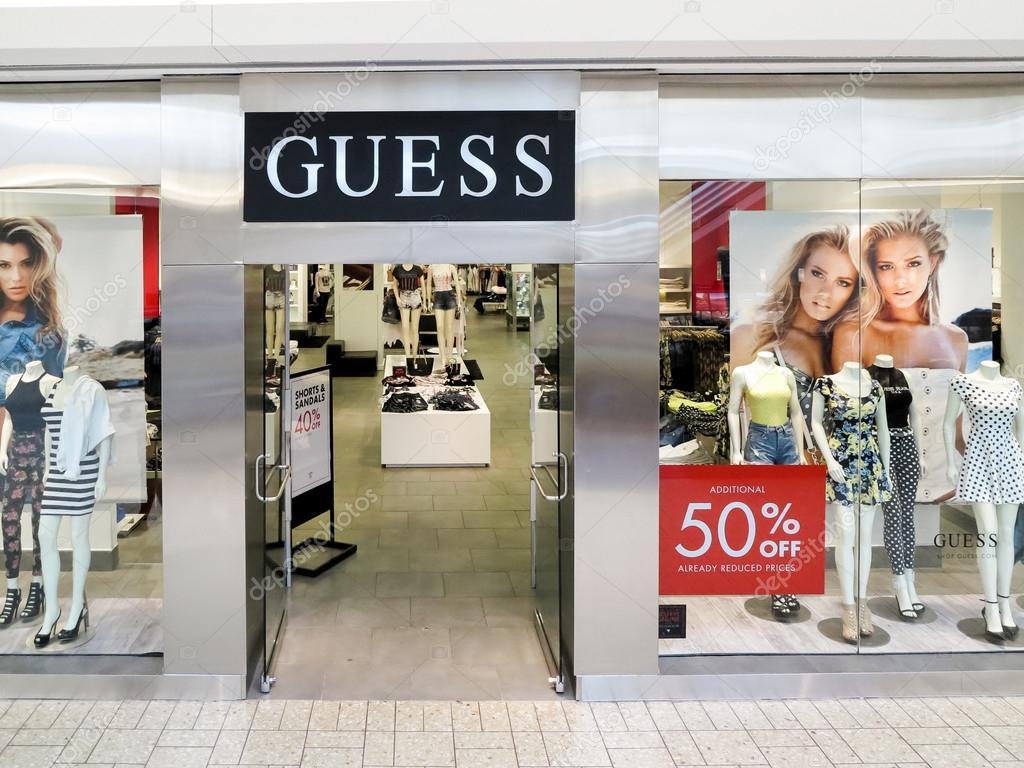 Деталь в магазине guess в Денвере. думаю, американских высококлассные одежды  линии бренда основана в 1981 году и имеют более 480 магазинов по всему миру  ... 6616553a23b