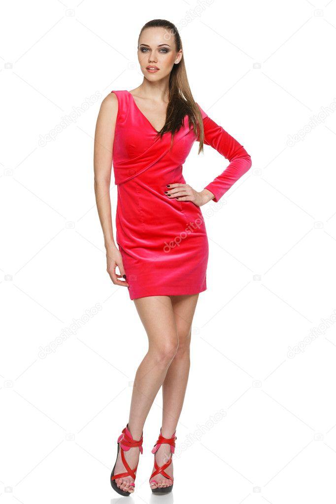 b3edc8783be0 Fulla längd av ung kvinna som bär Rosa cocktail klänning poserar med handen  på höften mot vit bakgrundpo celé délce mladá žena nosí růžové koktejlové  šaty ...