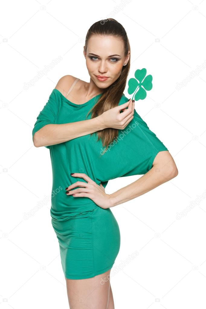 189a7486f4cb mladá žena na sobě zelené mini šaty — Stock Fotografie ...