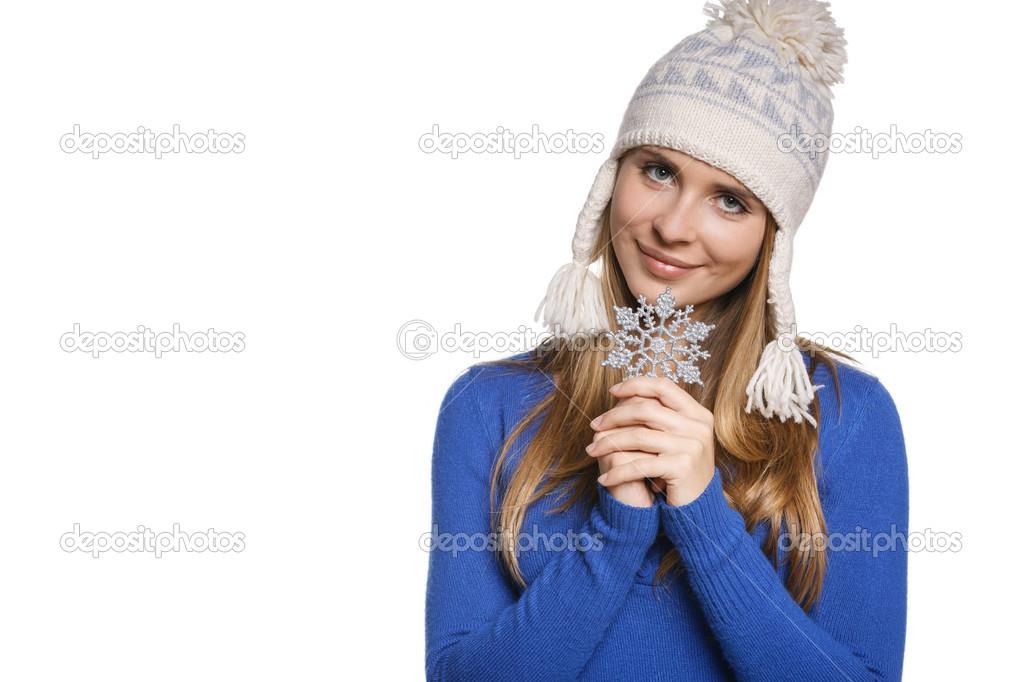 Взимку жінки носять теплий зимовий одяг  светр і вовни cap Холдинг  сніжинка 822e5d3e36cc5