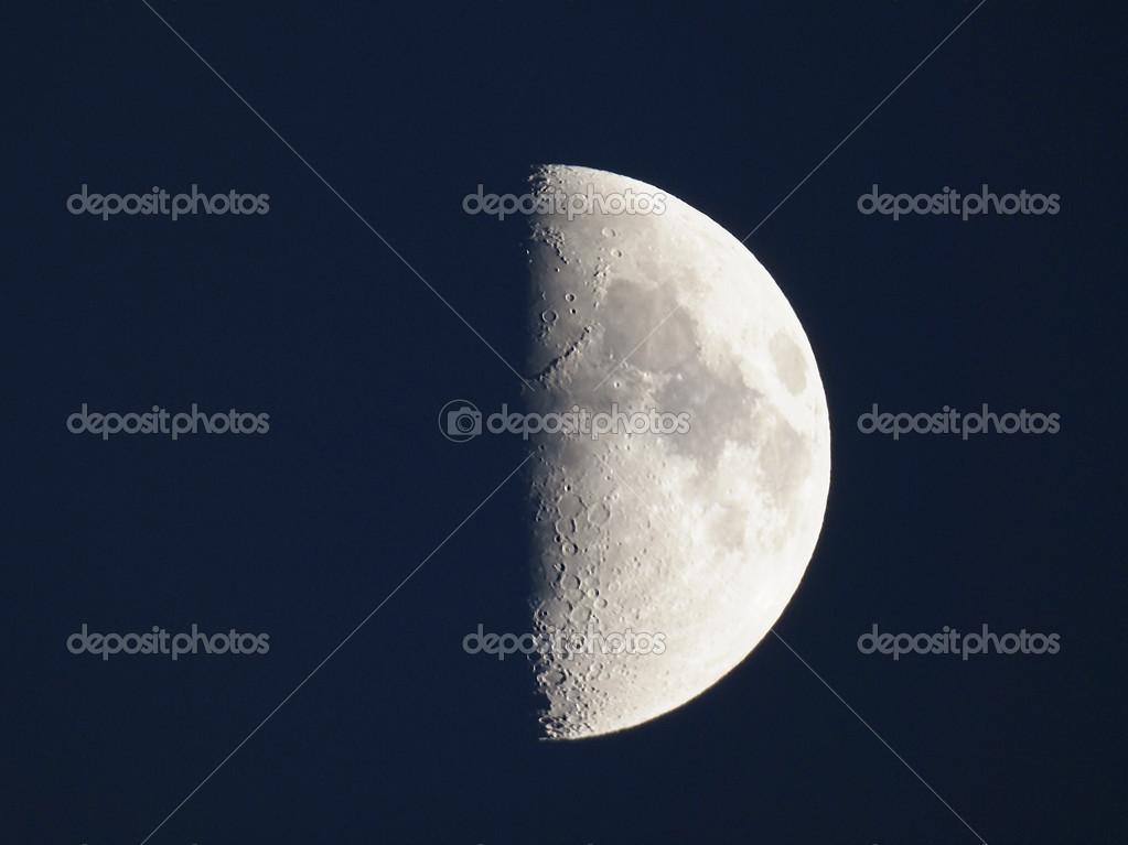 primer cuarto de luna — Fotos de Stock © claudiodivizia #51038027