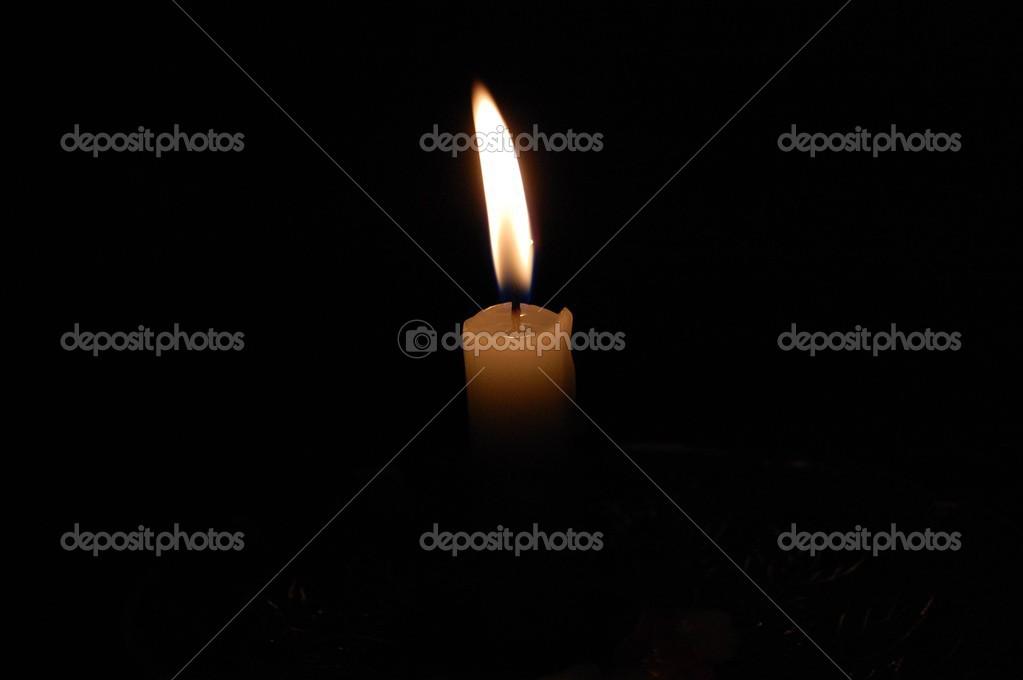 una sola vela ardiendo en el cuarto oscuro — Fotos de Stock © mg1408 ...