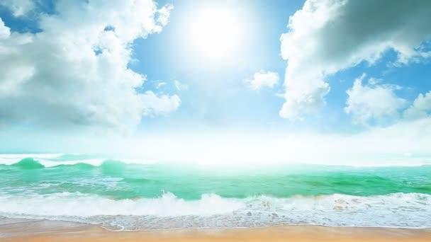 Trópusi strand napsütéses napon