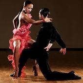 Latino taneční pár v akci - divoká samba