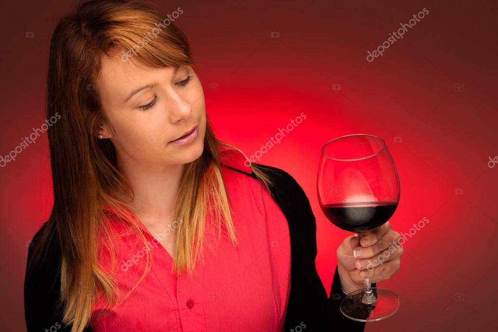брюнетка бокалом вина с фото