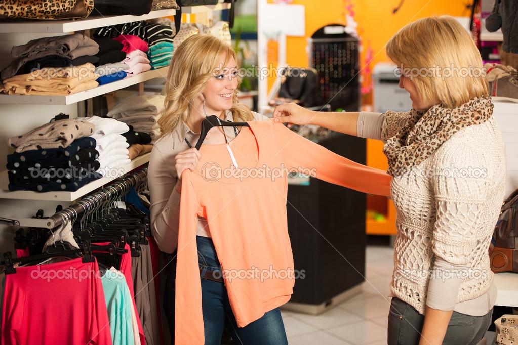 Kleding Winkels Dames.Dames Shopping Twee Meisjes In Een Kleding Winkel Kledingstuk