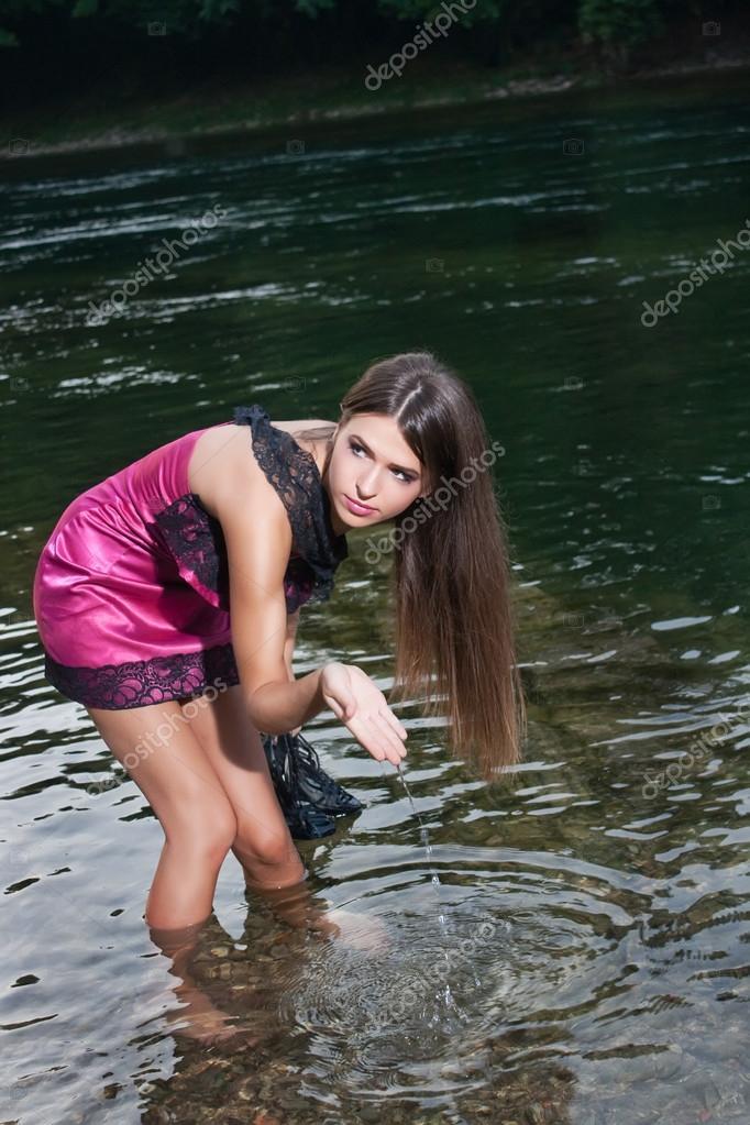 Пятьдесят, девушка в черном платье купается