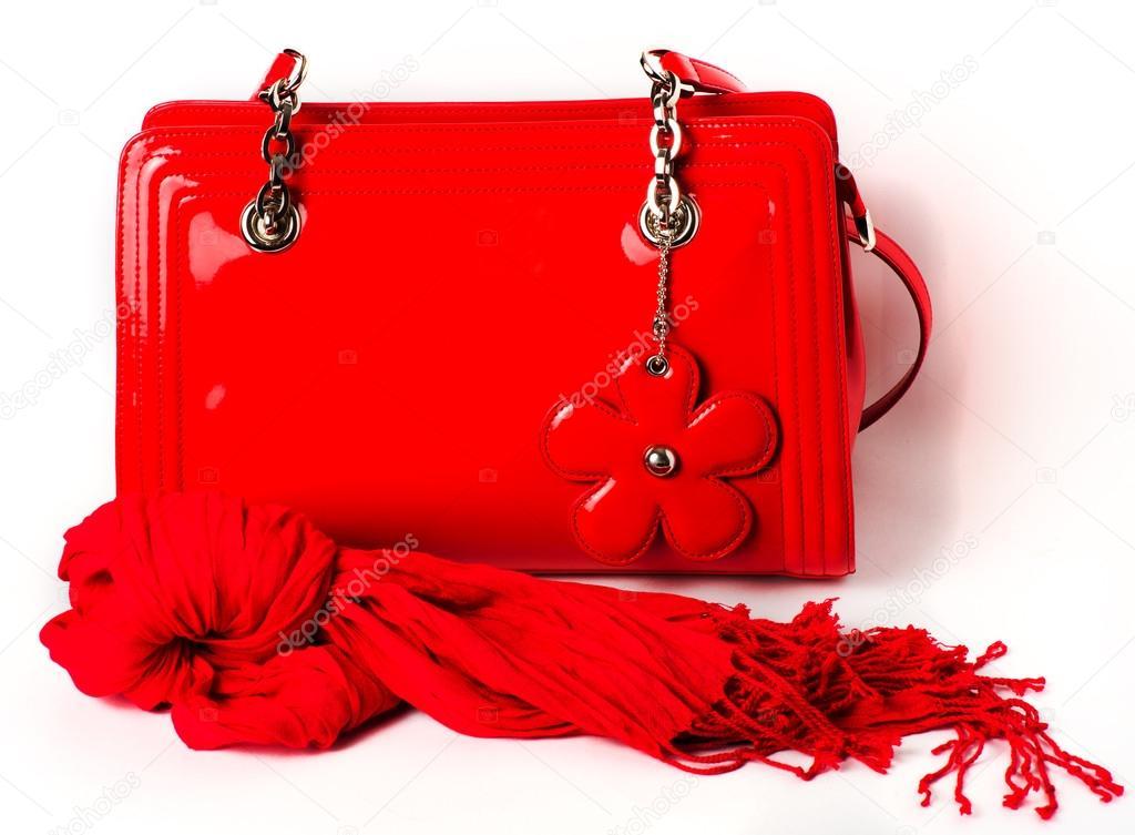 04979775398d8 Damen Accessoires  rot Lackleder Tasche und Schal auf weißem Hintergrund —  Foto von ...