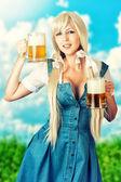 Fényképek szexi oktoberfest girl gazdaság két söröskorsót