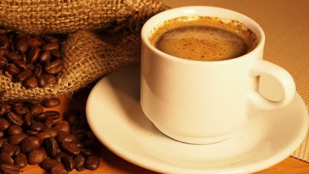 csésze kávé a háttér egy zacskó szemes kávé. egy csésze kávé fordul