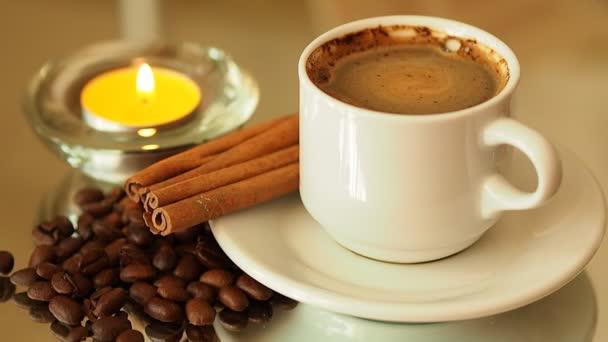 a gyertya egy csésze kávét. Kávéscsésze forog