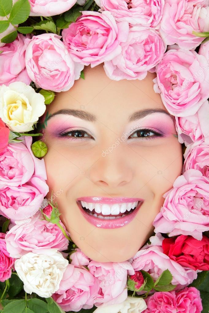 Frau Schönheit Gesicht mit Blumen Rosen Rahmen — Stockfoto ...