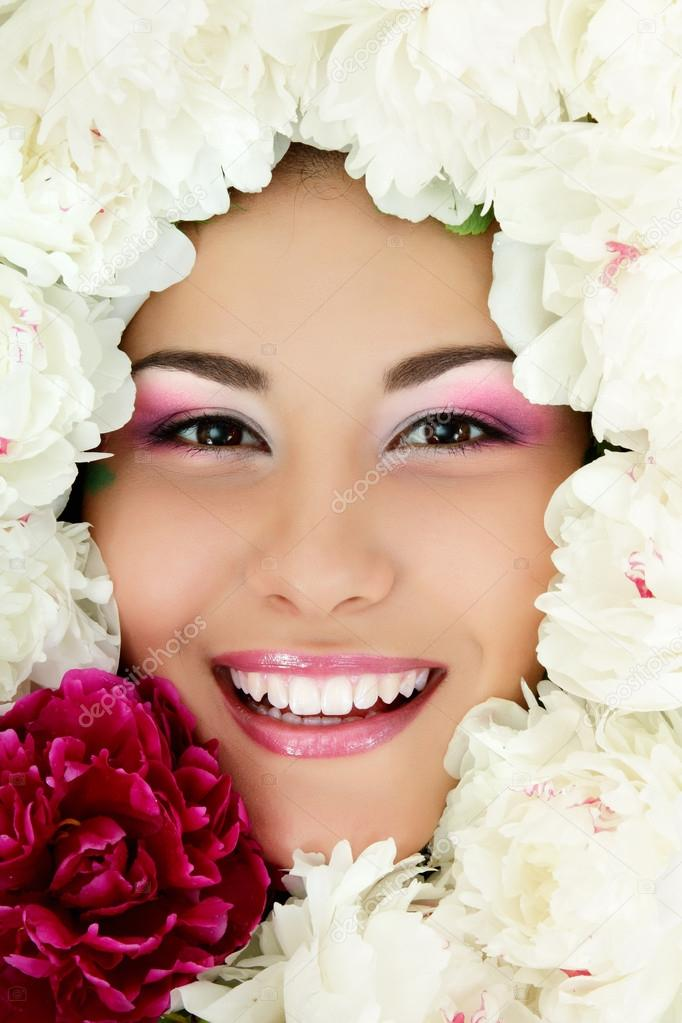 Frau Schönheit Gesicht mit Blumen Pfingstrose Rahmen isoliert auf ...