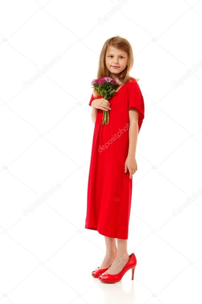 934f8b73c82d8d Meisje mode in Moederdag rode jurk en schoen op hoge hakken — Stockfoto