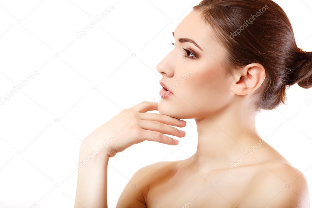 ritratto di faccia bella e giovane donna in profilo isolato su bianco foto di khorzhevska