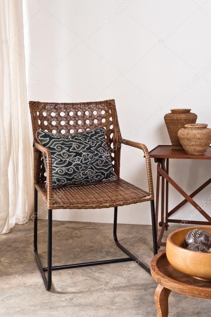 bruin rotan stoel in interieur decor voor een witte muur foto van a41cats