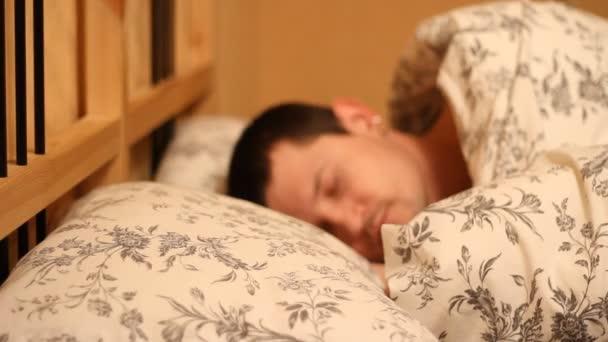Mann in seinem Bett schlafen