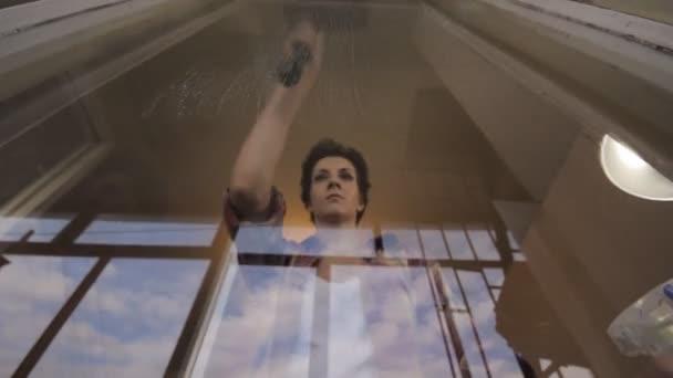 Frau Reinigung Fenster-Zeitraffer