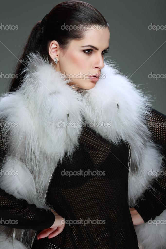 Є фото сексуальну красива дівчина моди стиль не знаходиться у Хутряний одяг  — стокове фото 3bb463c25f263