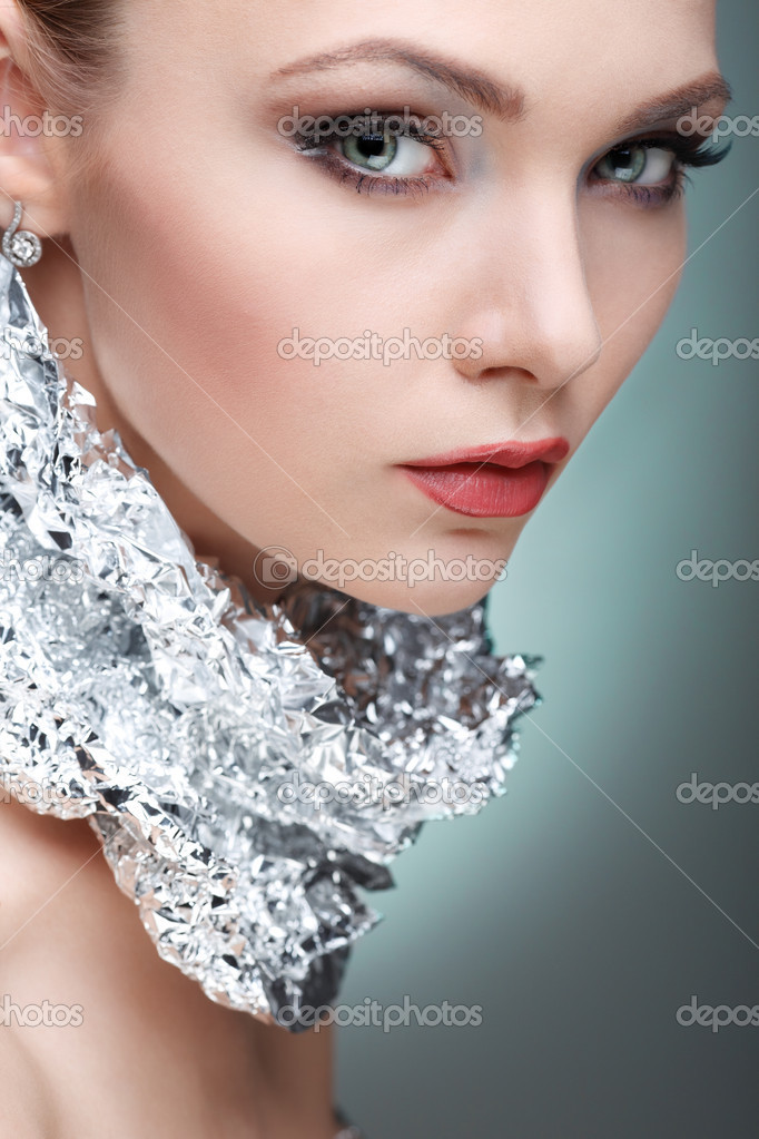 hermosa chica con hoja de plata metálico en el cuello, aislado en ...
