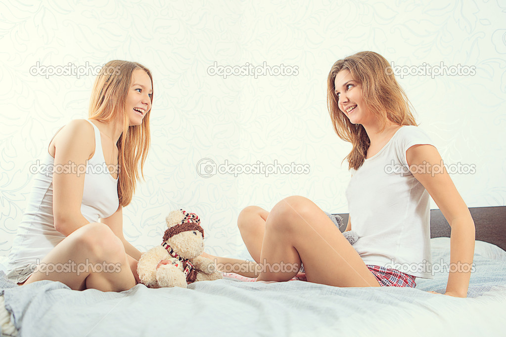 due donne in camera da letto — Foto Stock © Mulikov #46217419