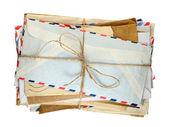 Hromadu starých obálky izolovaných na bílém pozadí