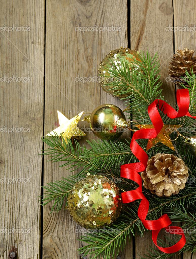 Rami di alberi di abete di Natale verde con bellissime decorazioni su fondo  in legno \u2014 Foto di Dream79