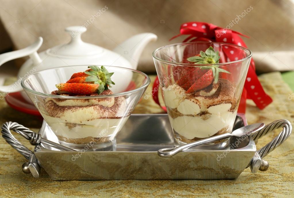 tiramisu dessert italien orn 233 de fraises dans un b 233 cher en verre photo 38263025